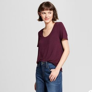 A new day burgundy scoop neck tee 🍂🍁